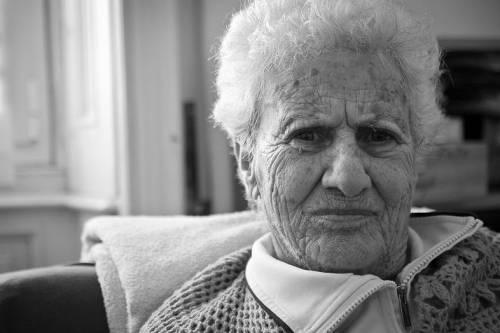 Лицо пожилой женщины со слабоумием, вызванным болезнью Альцгеймера