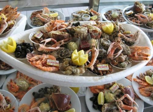 Морепродукты и морская рыба на прилавке...