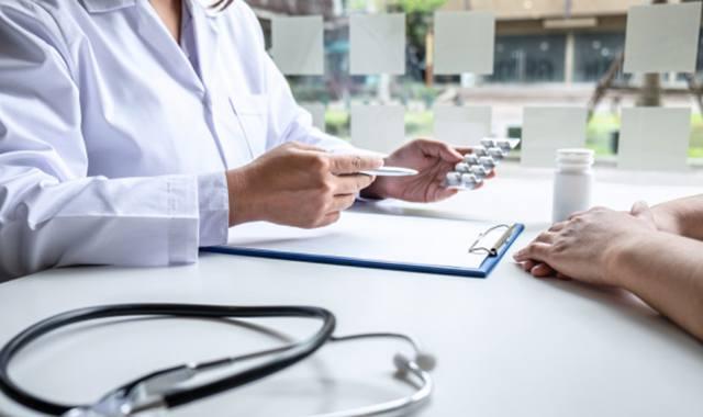 Врач обсуждает с пациенткой возможное лечение по квоте