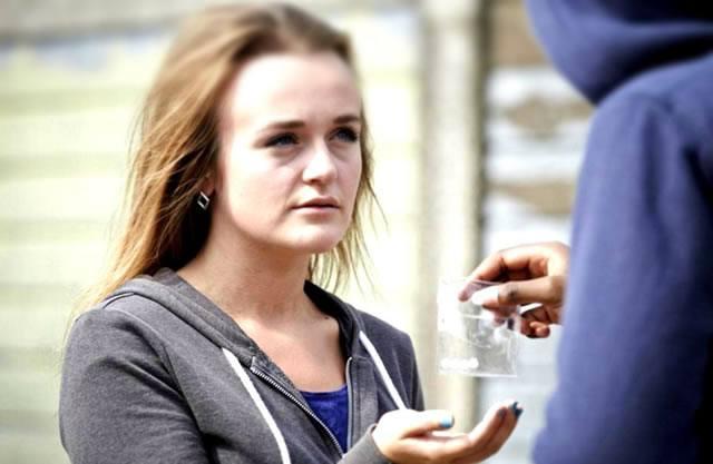Девушка подросток покупает таблетки в пакетике