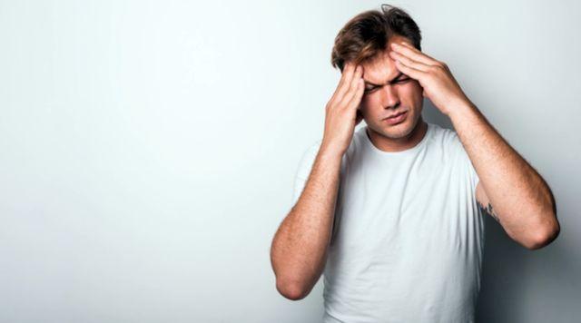 Мужчина 40 лет страдает от головной боли