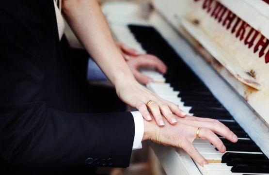 Мужчина за 40 обучается игре на пианино