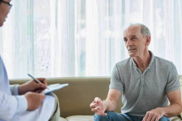 Пожилой мужчина беседует с врачом о своём здоровье