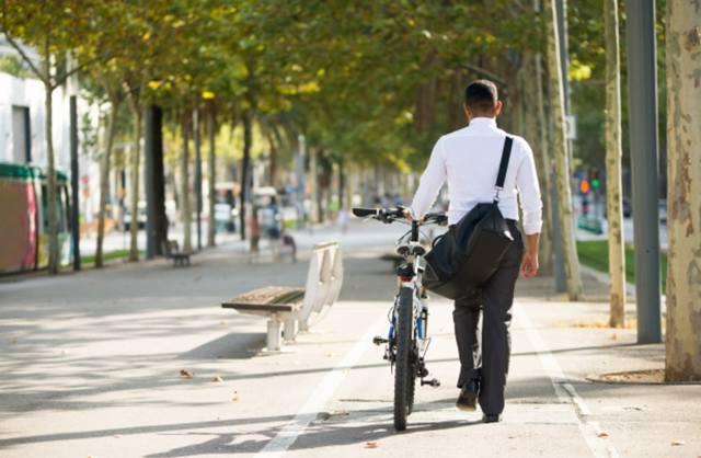 Прогулка с велосипедом по городскому парку