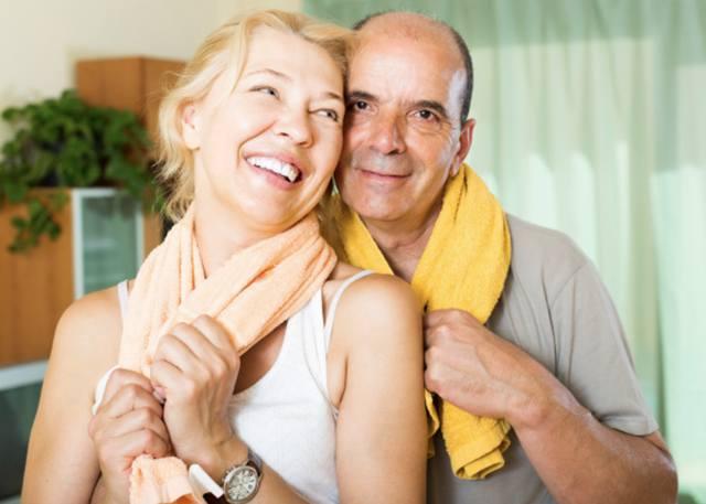 Пара в возрасте отдыхает после спортивной тренировки