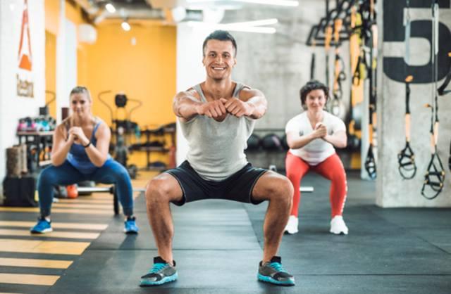 Растяжка мышц в фитнес-зале