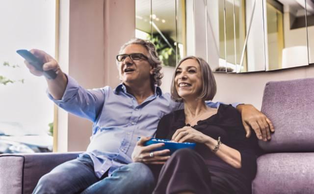 Пожилая пара на диване смотри телепередачу