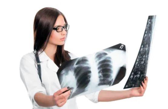 Врач оценивает снимки грудной клетки