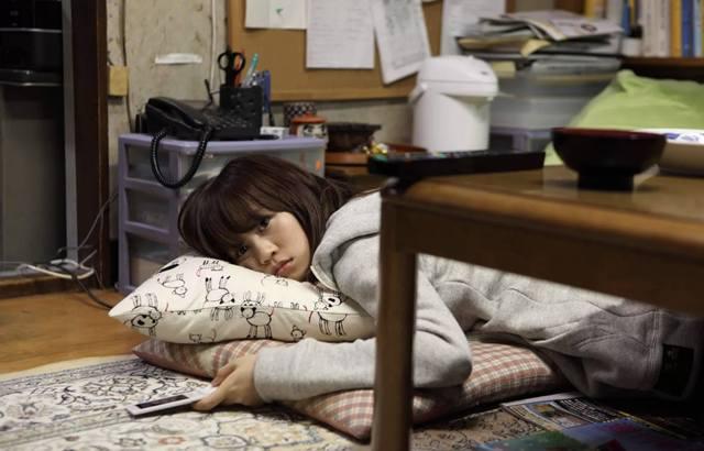 Девушка Хикикомори устало лежит на полу