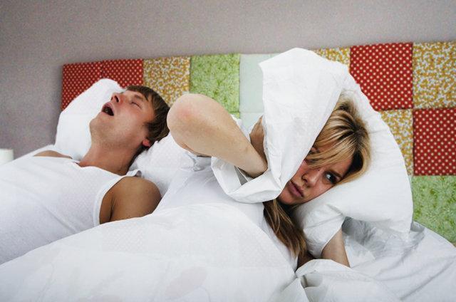Мучительный ночной храп у мужчины в семейной паре