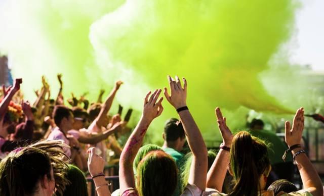 Толпа молодёжи на празднике красок