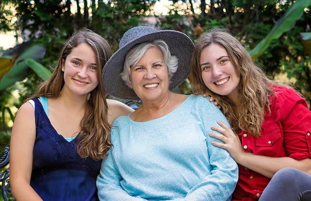 Две внучки рядом с бабушкой