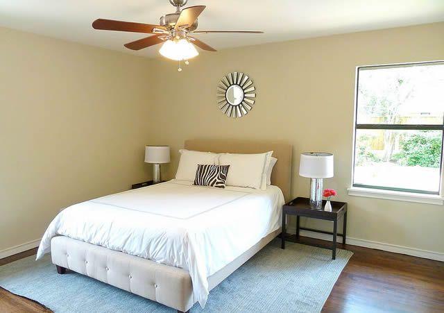 Чистая новая спальня, наполненная светом