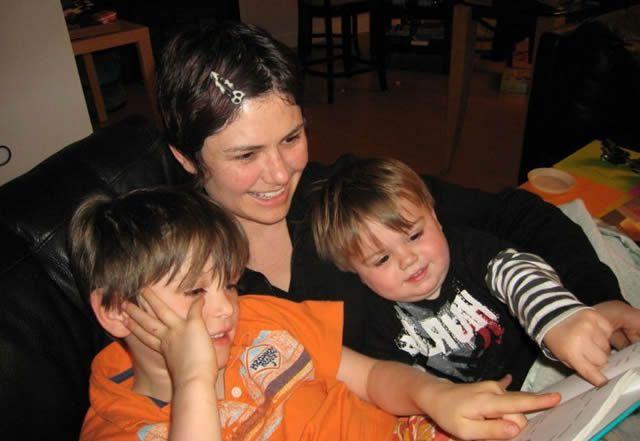 Мама читает с детьми книжку сказок