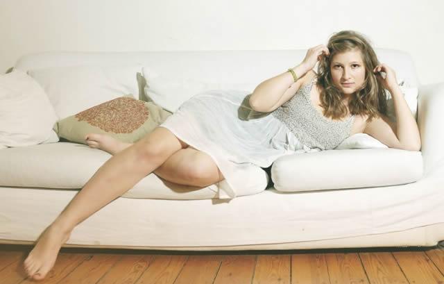 девушки на белом диване