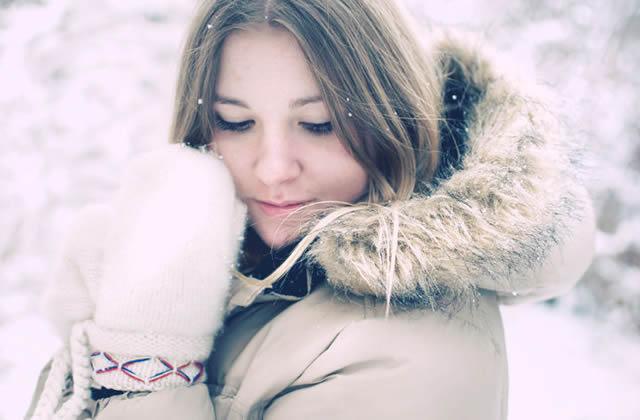 Девушка с открытым лицом на морозе