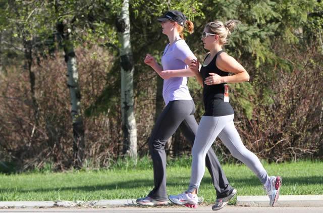 Две девушки на пробежке в парке