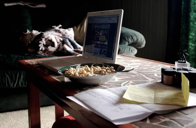 Блюдо с кукурузными хлопьями перед компьютером