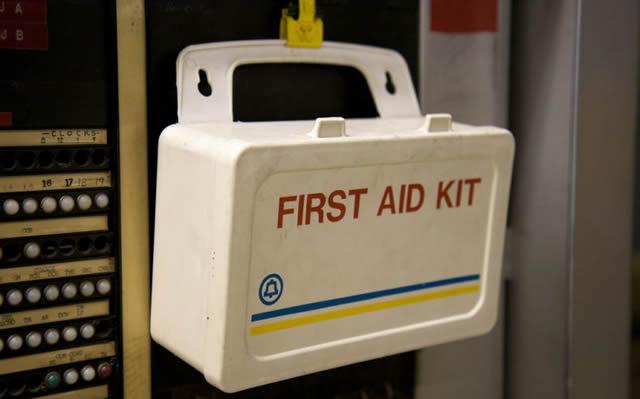 Аптечка первой помощи на стене