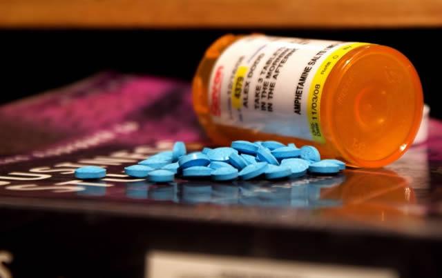 Горсть таблеток рассыпанных на столе