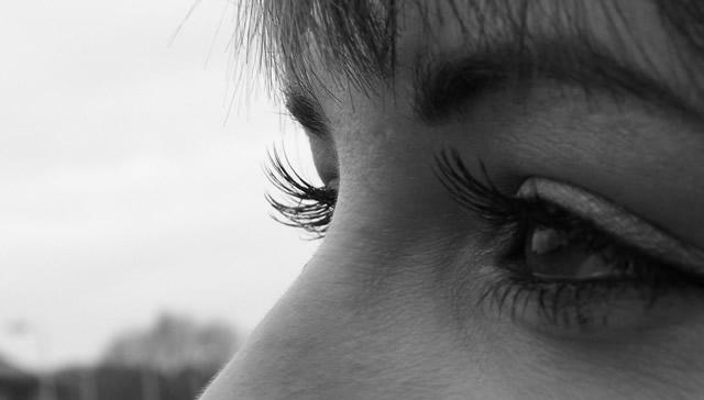 Глаза девушки с большими ресницами