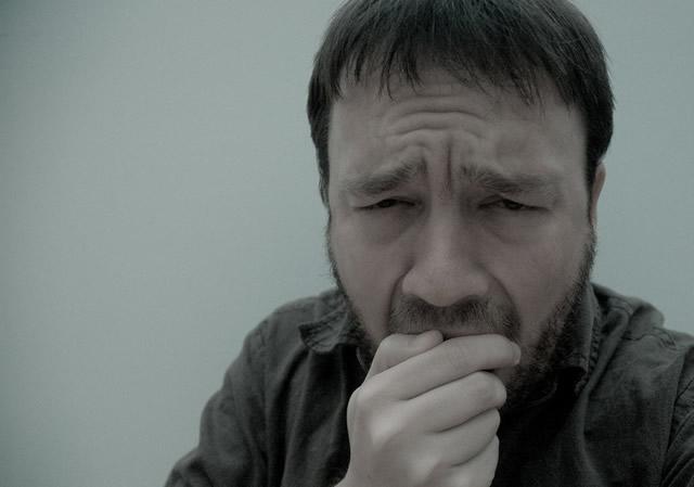 Бронхиальный кашель у мужчины с бородкой