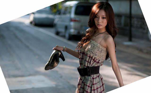 Очень худая и стройная азиатская девушка