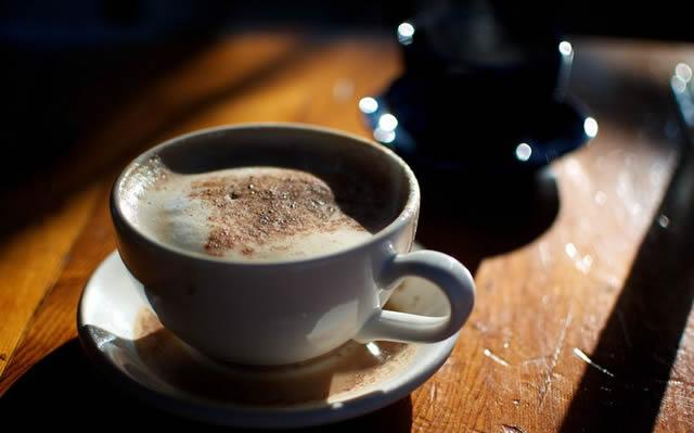 Чашка пенного черного кофе