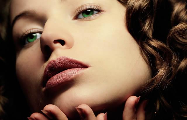 Зеленоглазая девушка с красивым лицом