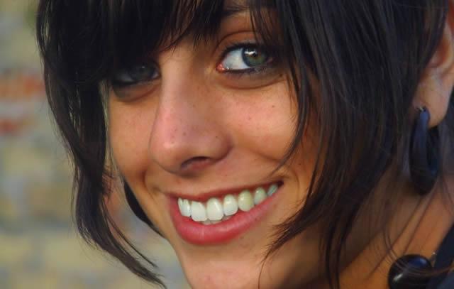 Лицо девушки с красивой голливудской улыбкой