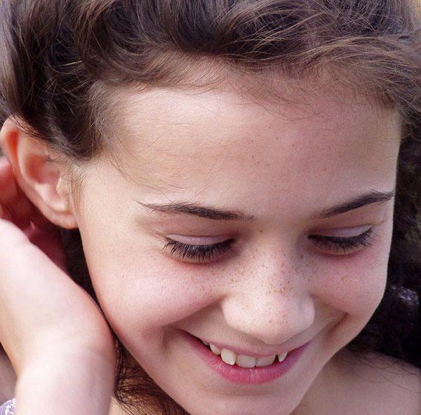 Молодая, улыбающаяся девушка с веснушками