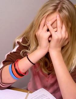 Девушка подросток расстроена проблемами с обучением