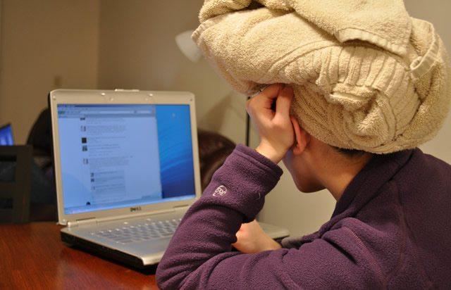 Полотенце на голове девушки