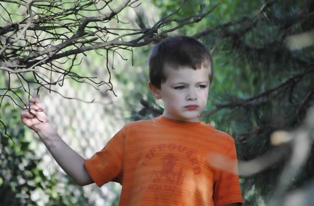 Застенчивый ребенок прогуливается по парку