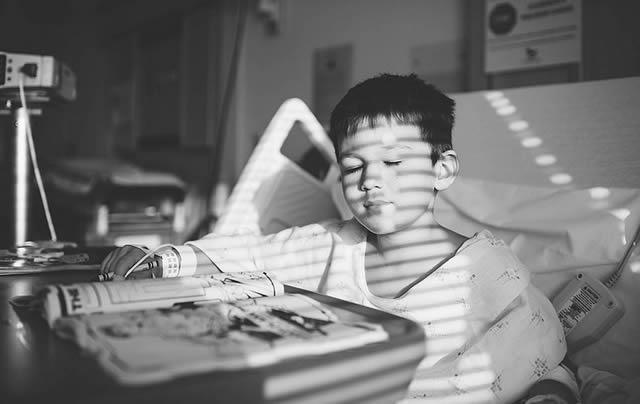 Ребенок наслаждается солнцем в больничной палате