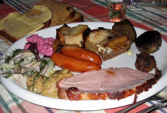 Тарелка со множеством мясных продуктов