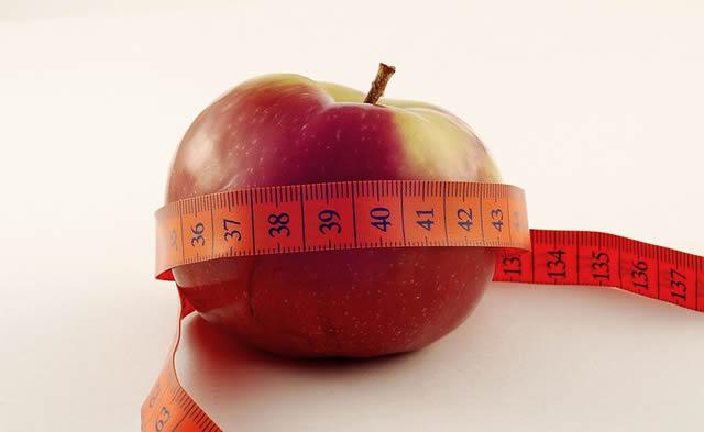 Яблоко с измерительной лентой