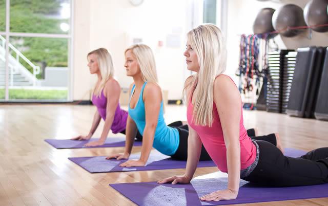 Тренировка красивых девушек в спортзале