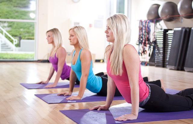 Женщины занимаются изометрическим спортом