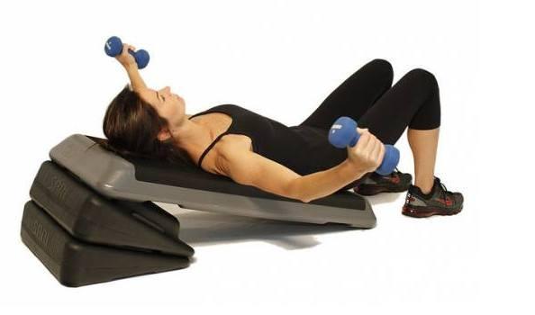Девушка тренирует мышцы груди