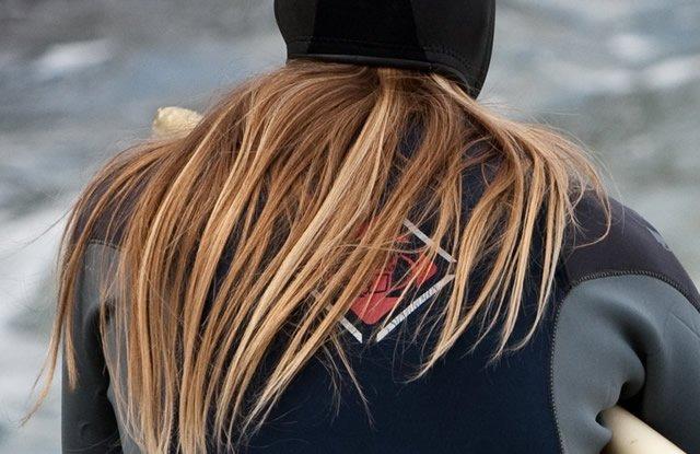 Красивые волосы на плечах и спине девушки