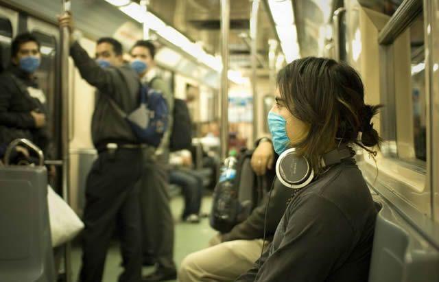 Пассажиры метро защищаются от заражения гриппом