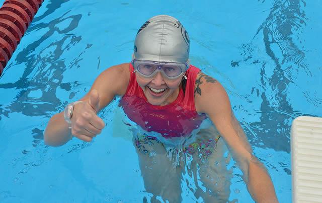 Девушка получила удовольствие от плавания!
