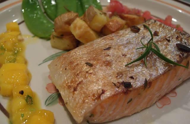 Кусок жаренной морской жирной рыбы