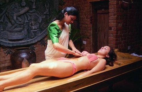 Девушке делает массаж специалист по Аюрведе