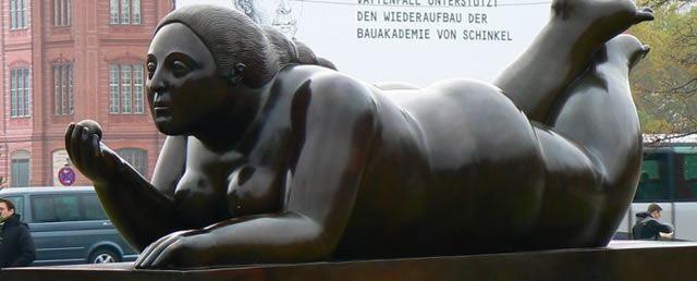 Бронзовая статуя женщины с ожирением