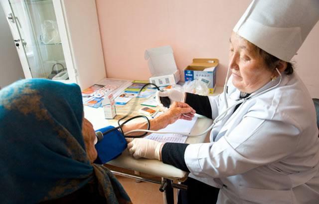 Старая бабушка пришла на диагностику к семейному врачу