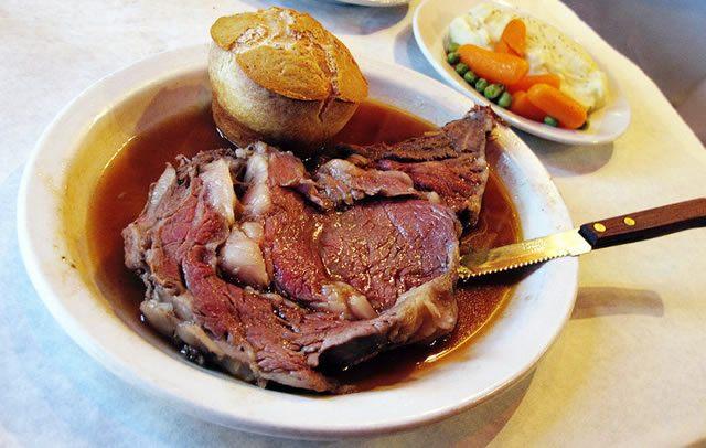 Суп с большим куском отварного мяса и рыбы