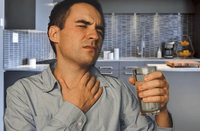 Мужчина пытается избавиться от боли в горле