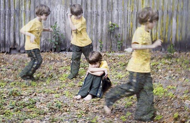 Ребёнок с СДВГ бегает около забора